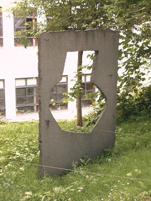 Imaxe dunha das esculturas de Leopoldo Nóvoa do xardín do centro