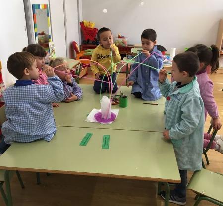 nenos e nenas de catro e cinco anos soprando