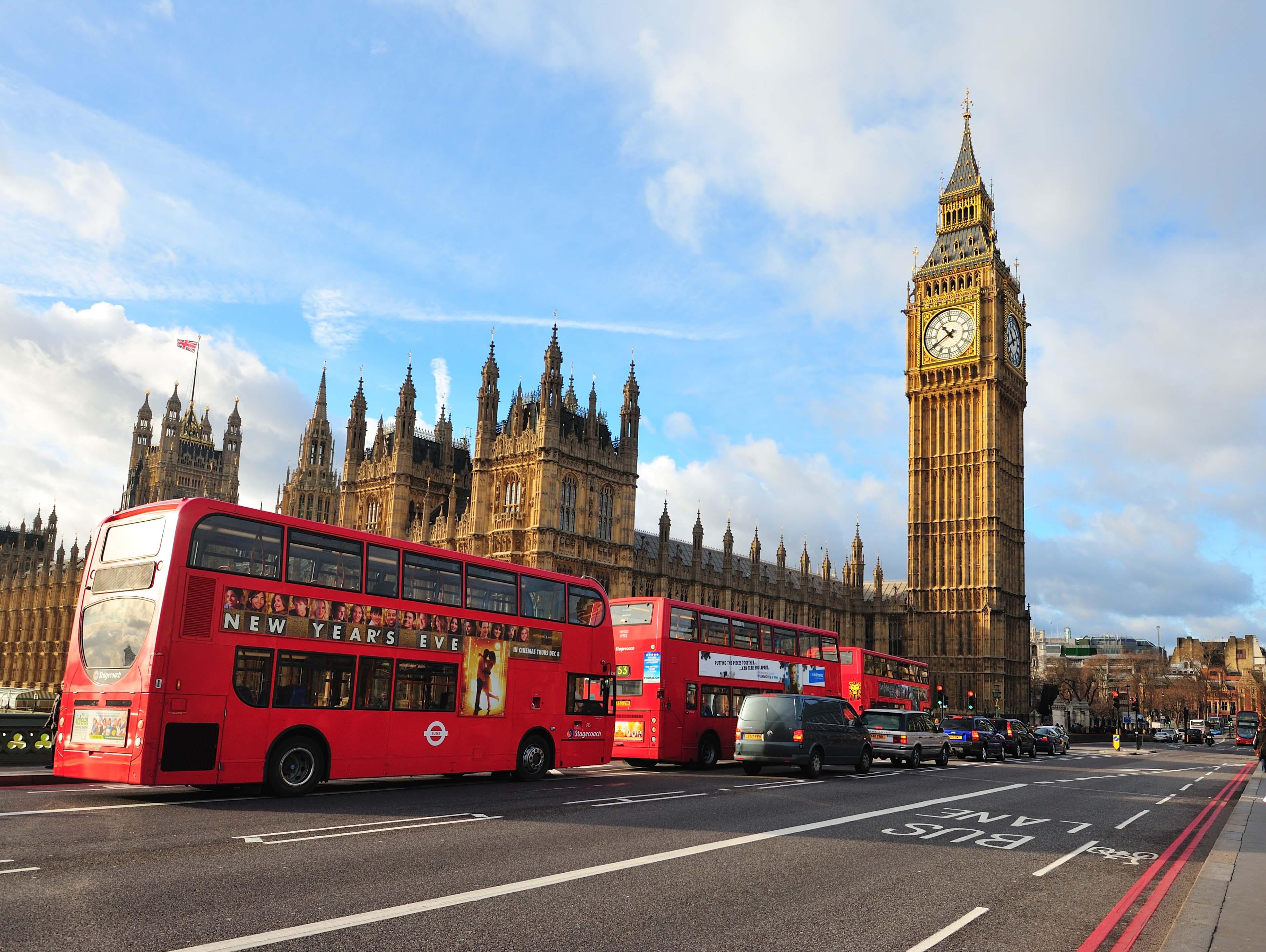 Los típicos autobuses rojos de dos plantas con el Palacio de Westminster al fondo