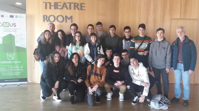 Alumnado STEMBach visitando o CIMUS