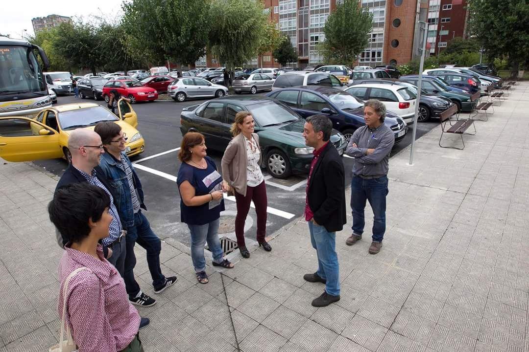 Xulio Ferreiro fala cos membros da dirección do IES Elviña e do CEIP Alborada