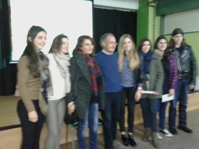 O profesor Carracedo xunto á profesora Inmaculada Cienfuegos e un grupo de estudantes