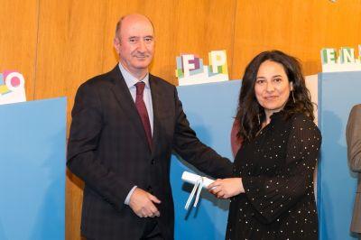 Rosa recibindo o diploma en mans do Director Xeral de Educación, F. Profesional e Innovación Educativa.