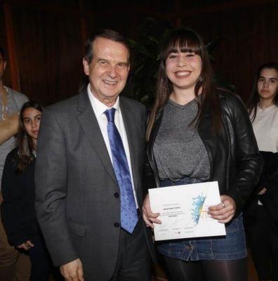 Irene Costas recibindo o premio.
