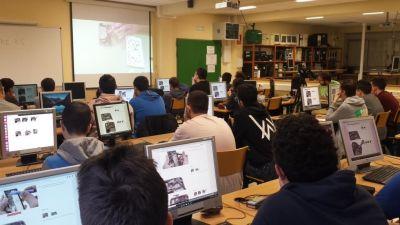 Alumnado vendo como se reparan móbiles