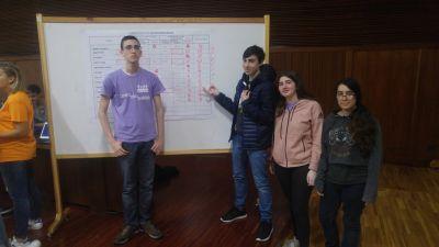 Alumnado do IES de Teis vendo a táboa clasificatoria